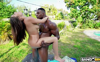Curvy babe attains the orgasm while being blacked